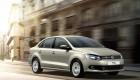 Седан Volkswagen Polo в городском потоке