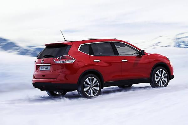 Внешний вид автомобиля сзади Nissan X-Trail 2014 года