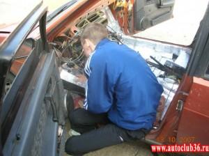 Клеим шумоизоляцию на  передней, пассажирской части автомобиля