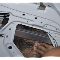 шумоизоляция внутри двери клеим через отверстие