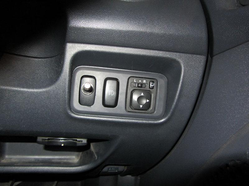 фотография переключателя, которую я установил на место стандартной кнопки подключения заднего привода