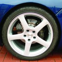 Низкопрофильная резина на синем автомобиле