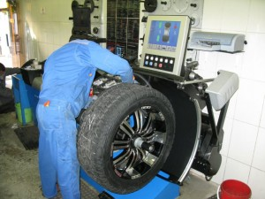 Специалист по балансировке колёс
