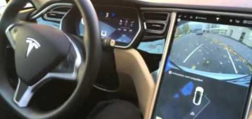 Седан Tesla S паркует себя сам
