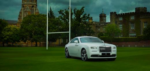 Лимузин Rolls-Royce на футбольном поле