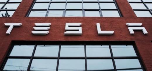 Логотип Tesla Motors на здании в Нью-Йорке