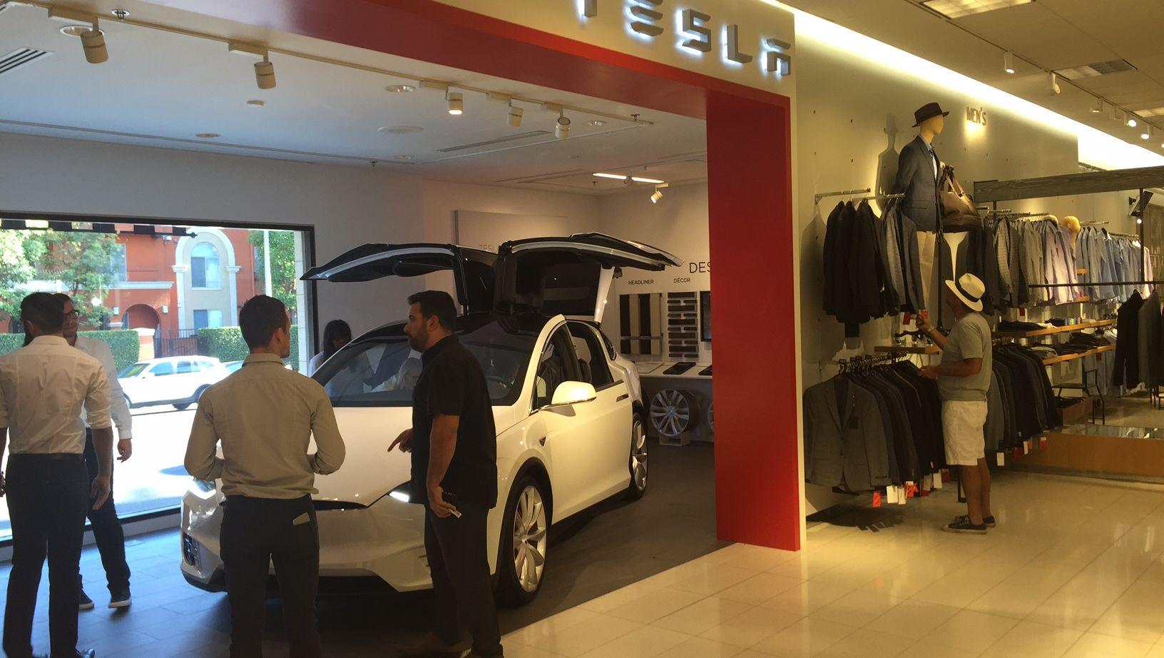Бутик Nordstrom и Tesla Model X